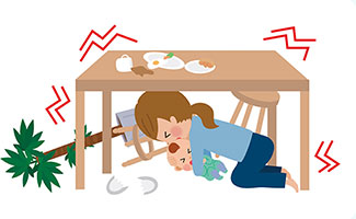 机の下に避難している母子